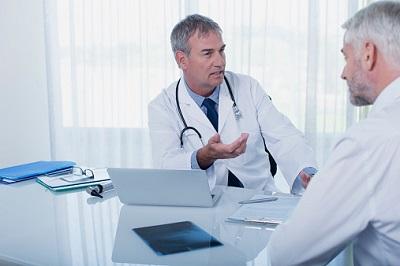 Ein Arzt spricht mit seinem Patienten.