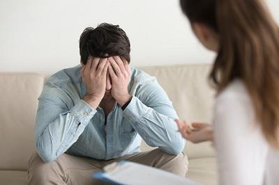 Ein gestresster Patient redet mit seiner Psychotherapeutin.