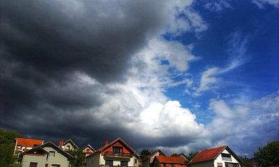 Sturmwolken über Häusern