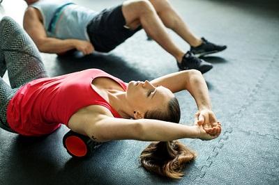 Junge Frau und Mann beim Kurs im Fitnessstudio