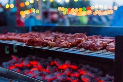 Fleisch auf Grill am Abend