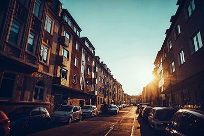 Geparkte Autos auf Straße bei Sonnenaufgang