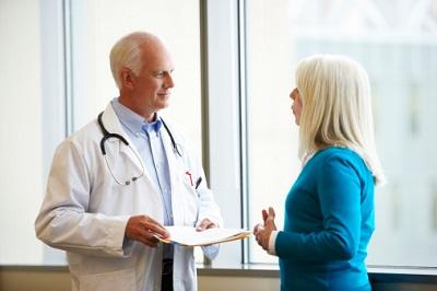 Ein Arzt spricht mit einer Patientin.