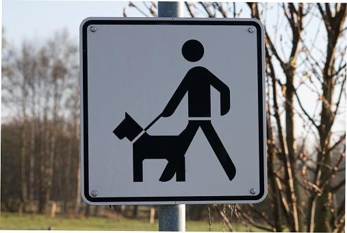 Verkehrsschild eines Hundehalters mit Hund an der Leine