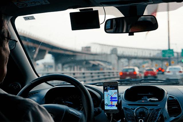 Smartphone mit Halterung im Auto
