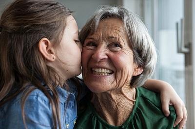 Enkeltochter küsst Oma