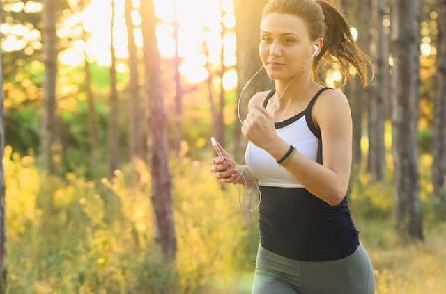 Frau beim Joggen mit Smartphone