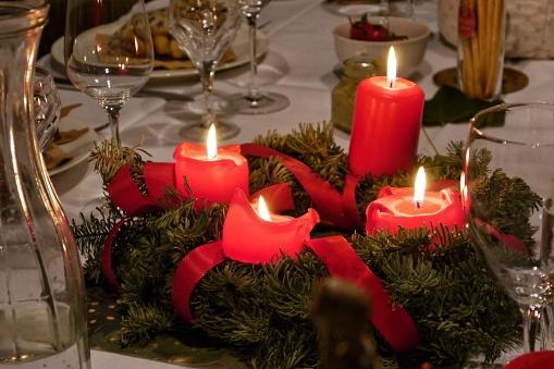 Ein Adventskranz mit vier brennenden Kerzen.