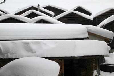 Schneemassen auf Dächern