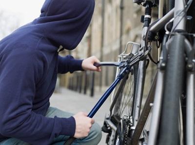 Fahrraddieb mit Brechzange an Rad