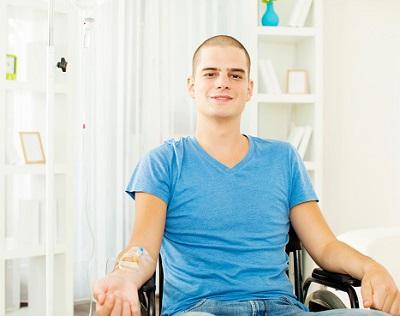 Junger Mann erhält eine Chemotherapie ambulant zu Hause