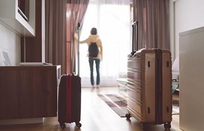 Koffer in Wohnung mit Frau