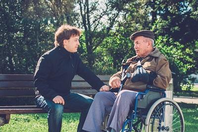 Pfleger mit Senior im Rollstuhl