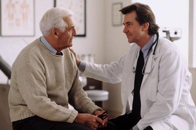 Arzt berät älteren Patienten