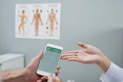 Smartphone mit Gesundheits-App in einer Arztpraxis