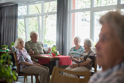 Senioren sitzen in einem deutschen Pflegeheim.