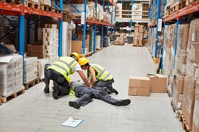 Lagerarbeiter bei Unfall auf Boden