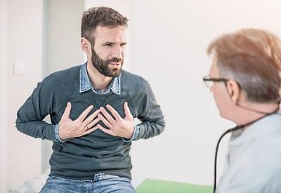 Mann gestikuliert vor Arzt.
