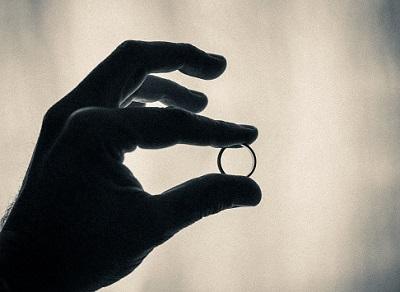 Hand mit Ehering im Dunkeln