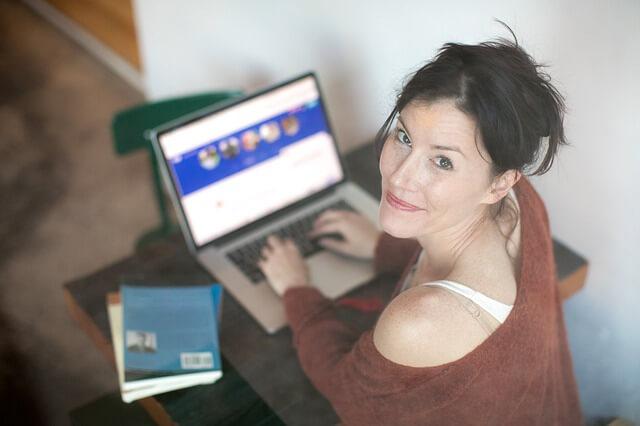 Frau nutzt Online-Dating-Seite