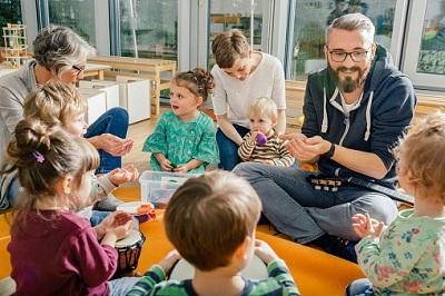Erzieher mit Kindern in einem Kindergarten