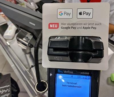 Mit Google Pay und Apple Pay können Verbraucher nun im Laden bezahlen. Foto: Zeitler