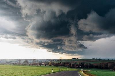 Sturmfront über Landstraße