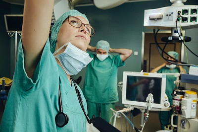 Chirurgin in einem OP-Saal im Krankenhaus