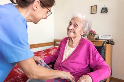 Altenpflegerin versorgt Bewohnerin im Pflegeheim.