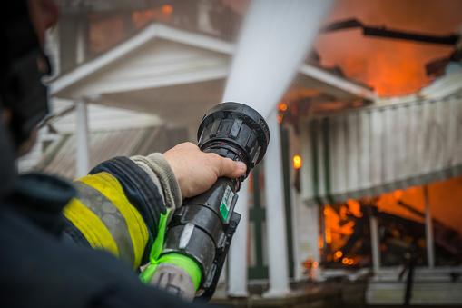 Feuerwehrmann löscht Haus