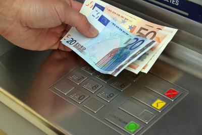Bargeld Abhebung am Geldautomaten einer Bankfiliale