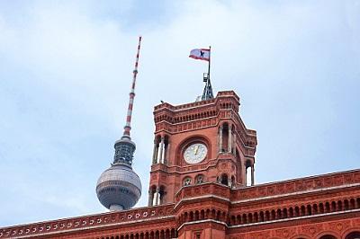 Berliner Rathaus mit Fernsehturm im Hintergrund