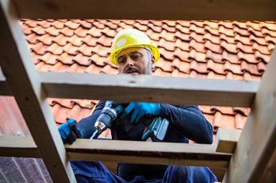 Arbeiter auf einem Dach
