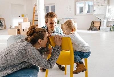 Paar mit Kind in neuer Wohnung