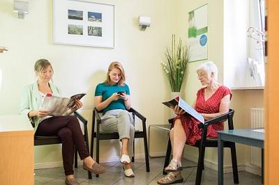 Frauen im Wartezimmer vom Arzt