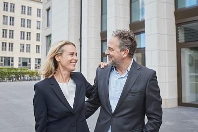 Älteres Paar vor Gebäuden in der Stadt