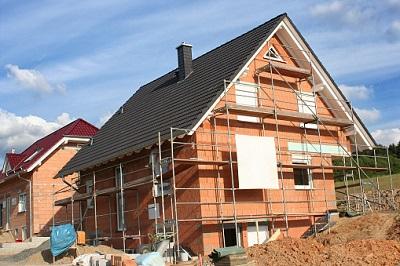 Einfamilienhaus im Rohbau mit Baugerüst
