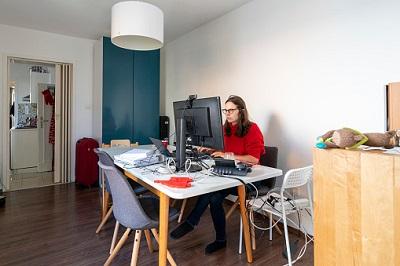 Frau macht Homeoffice im Esszimmer.