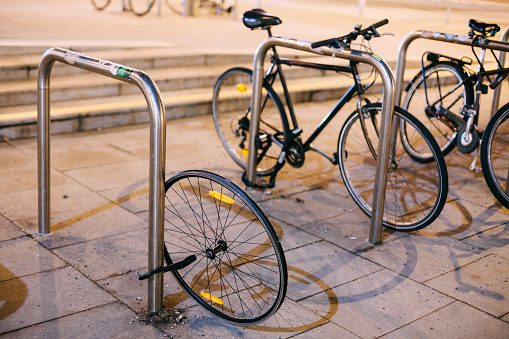 Ein einzelner Fahrradreifen hängt an einem Fahrradständer.