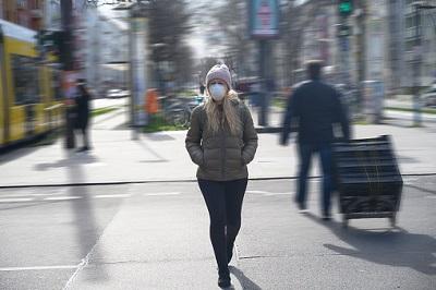 Frau mit Atemschutzmaske in Berlin