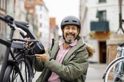 Mann mit einem E-Bike