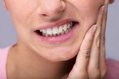 Gebiss von einer Frau mit Zahnschmerzen