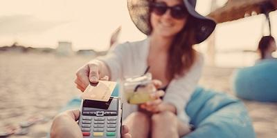 Mit Kreditkarte am Strand