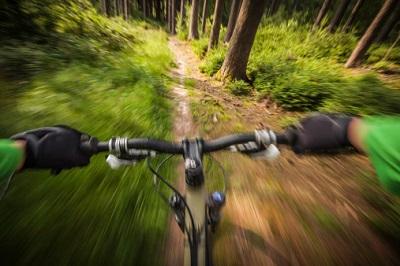 Mountainbike-Fahrer im Wald aus der Helmkamera-Perspektive