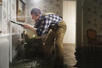 Mann versucht Leitungswasserschaden einzugrenzen