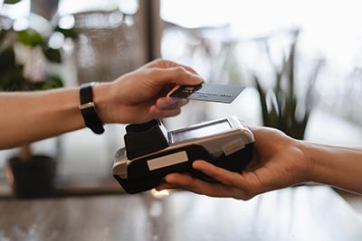 Eine echte Kreditkarte bietet dank ihres Kreditrahmens auch heute noch Vorteile..