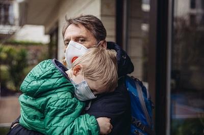 Vater und kleiner Sohn mit Atemschutz-Maske.