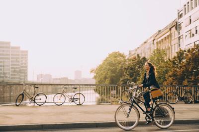 Frau fährt mit ihrem Fahrrad durch die Stadt