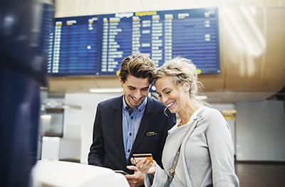 Mit einer kostenlosen Kreditkarte bessern Reisende ihre Urlaubskasse auf.
