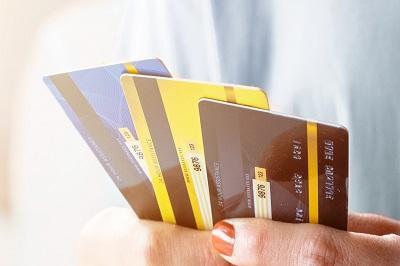 Acht kostenlose Kreditkarten aus dem CHECK24 Vergleich